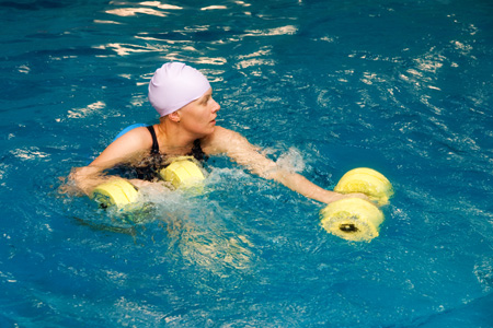 Girl-in-water-with-dumbbels